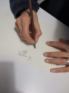 come tenere la penna calligrafia